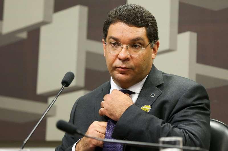 Almeida fez a comunicação de novas regras para as empresas internacionais com interesse nos leilões