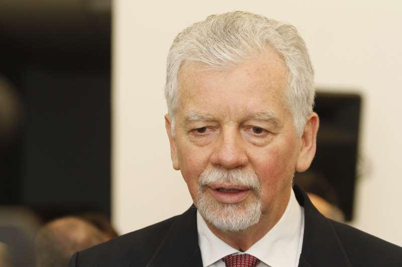 O prefeito de Porto Alegre José Fortunati entrega o projeto da Lei de Diretrizes Orçamentárias (LDO) ao Vereador Cássio Trogildo, presidente da Câmara Municipal.