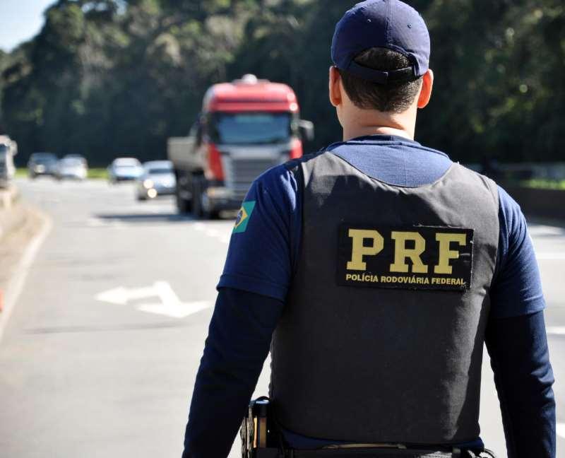 Efetivo da PRF está com efetivo monitorando as rodovias e escoltando cargas de combustíveis