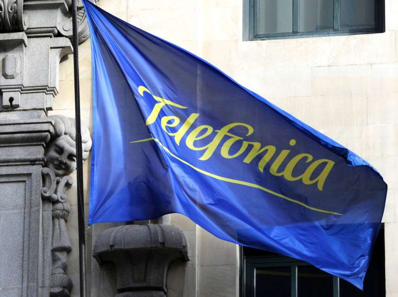 Telefônica telefonia 981114-01-02  (FILES) This file picture taken on February 5, 2010 shows the logo of the Spanish Telecom Company Telefonica pictured on a flag at the building housing the headquarters of the company in Madrid.   Spanish telecoms giant Telefonica is working on a platform that would allow its clients to be paid for the use of their personal data by internet titans like Google and Facebook, a company spokesman said on September 6, 2016. / AFP PHOTO / DOMINIQUE FAGET