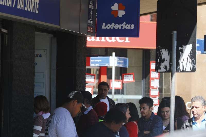 Foto de fila nas lotéricas. Bancos em greve.