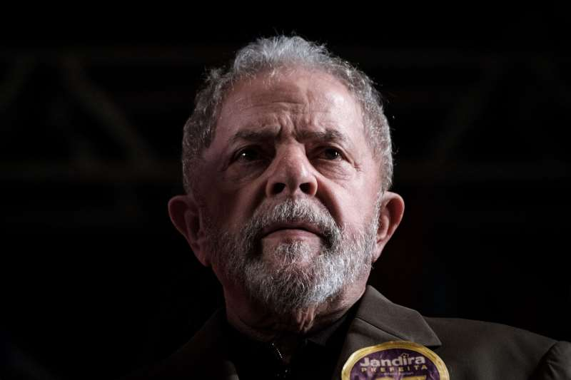 Brazil's former president Luiz Inácio Lula da Silva reacts during the campaign of Rio de Janeiro mayoral candidate Jandira Feghali (not pictured) from Communist Party of Brazil (PCdoB) in Rio de Janeiro on September 26, 2016. Lula hinted strongly at seeking a return to power on September 26 in a fiery speech that dismissed corruption charges against him as persecution. / AFP PHOTO / YASUYOSHI CHIBA