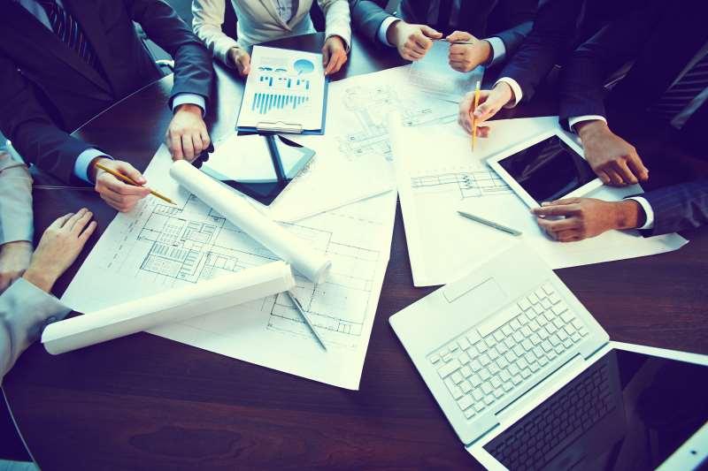 Empresas - Contabilidade - finanças 4 - gráficos - contas - reunião - executivos - divulgação freepik