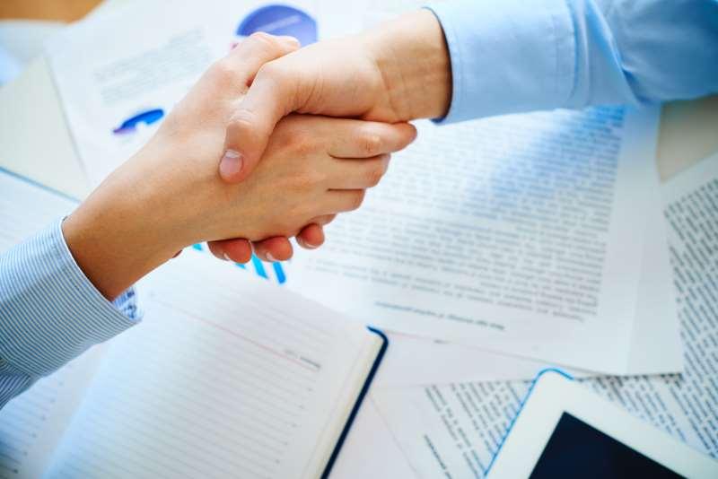 Especialistas alertam que a amizade não deve ser o único fator a ser considerado ao montar um negócio