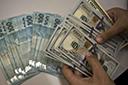 Real se descola do exterior com BC e alívio na política e dólar cai a R$ 5,58