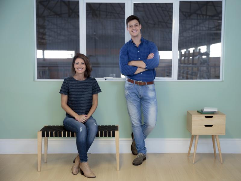 Cristina, o filho Leonardo e os móveis da Venndita, ideal para jovens
