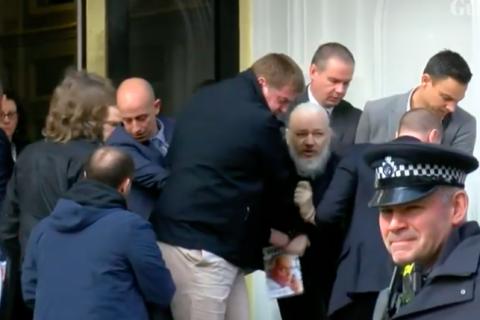 Governo britânico é pressionado para extraditar Assange para Suíça