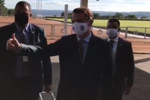 'Nenhum ministro saiu por corrupção', diz Bolsonaro a apoiadores